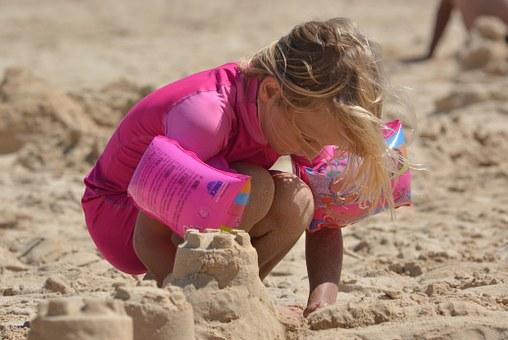 Bauen von Sandburgen am Strand
