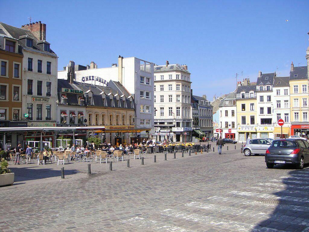 Het Boulogne-Sur-Mer Place Dalton winkelstraatje op een zonnige dag