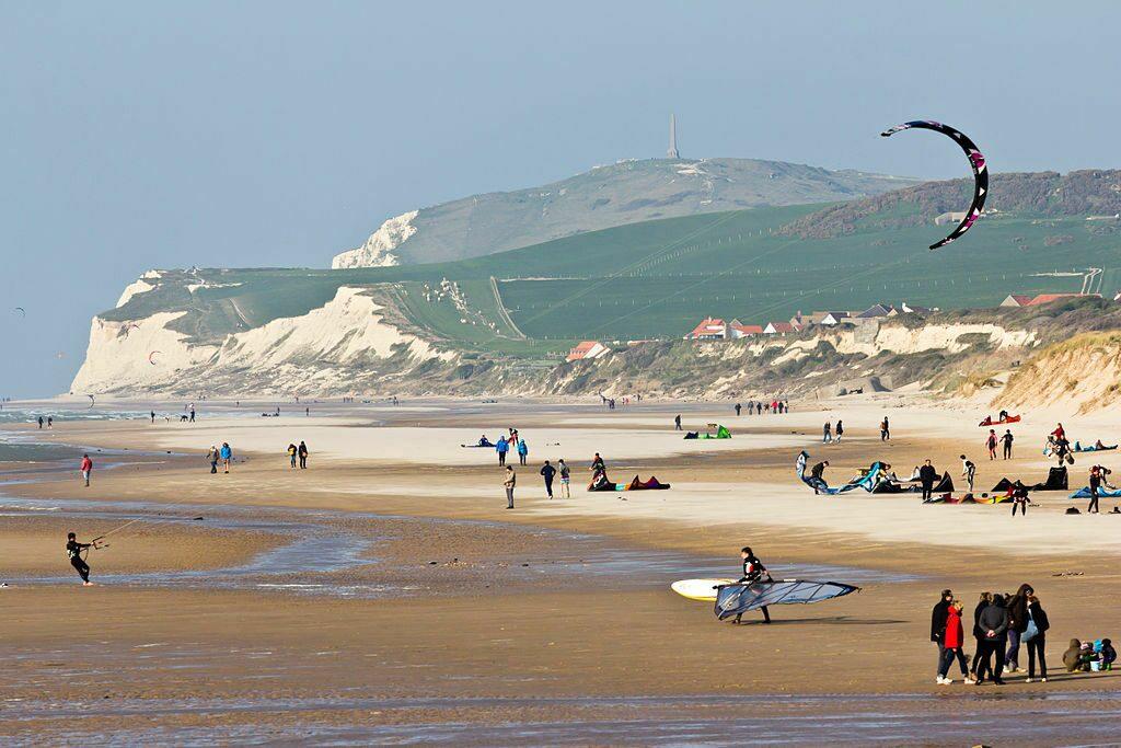 Le kite surf est une attraction touristique populaire à Wissant.