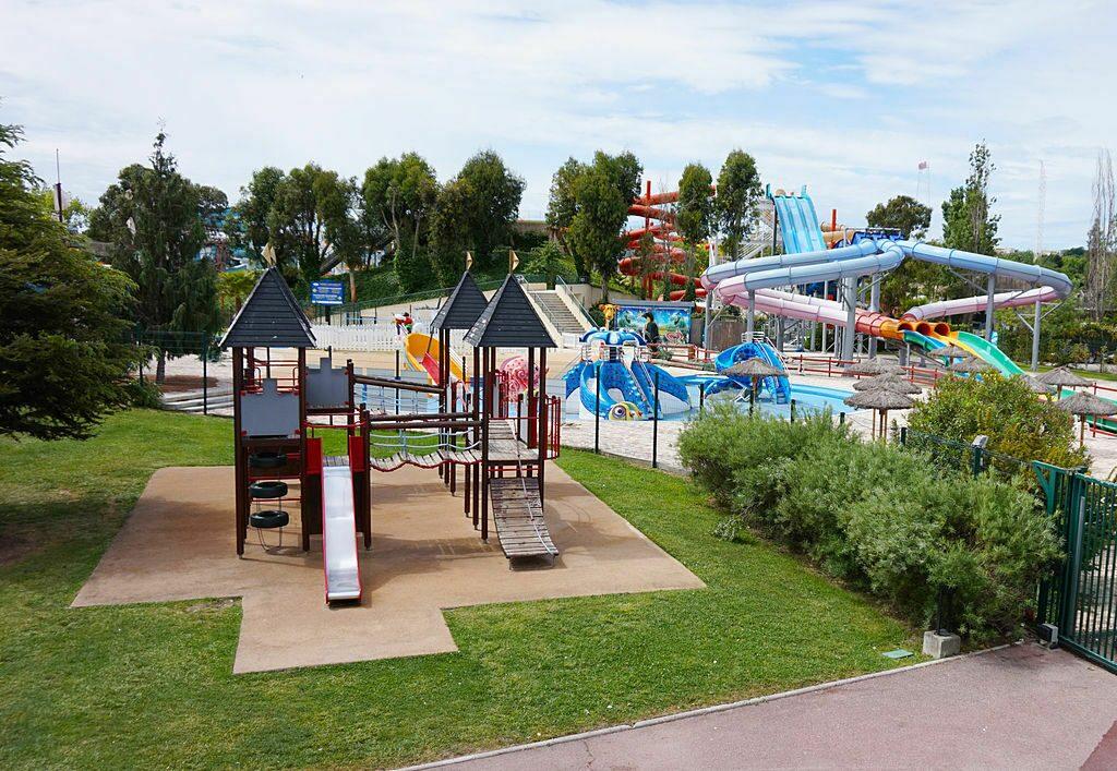 Aire de jeux et aperçu du parc aquatique du Marineland.