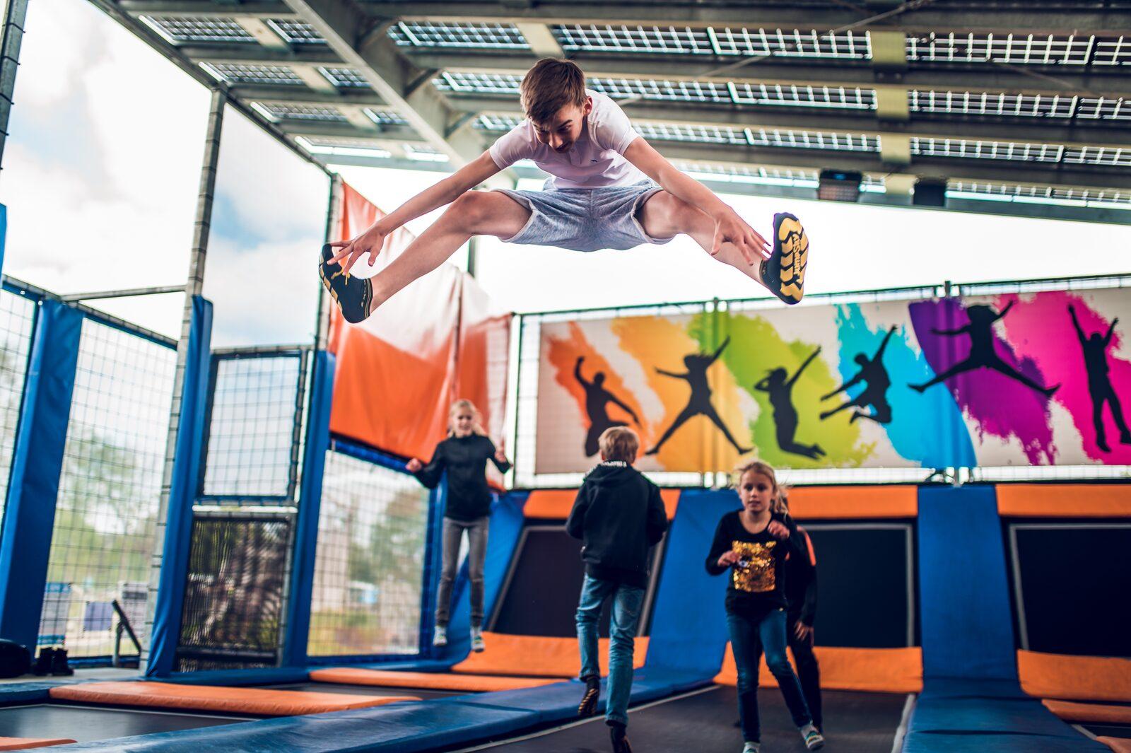 foto trampolinepark jongen springt Ackersate