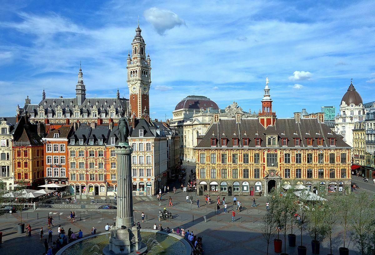 het majestueuze La Grande Place te Lille met prachtige belfort, fontein en operagebouw.