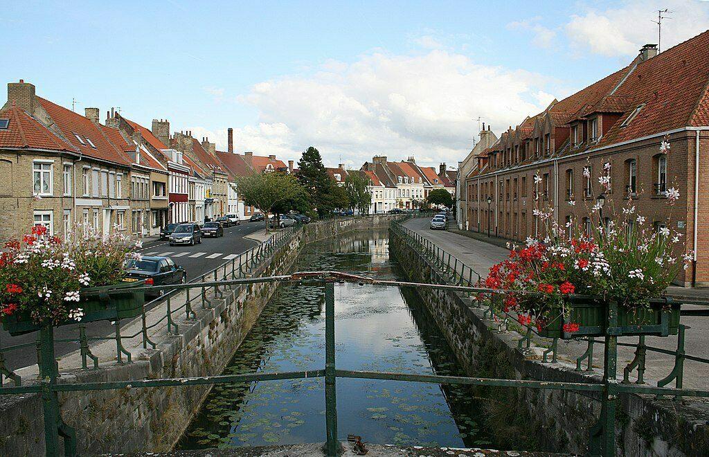 Kanalen in het stadje Bergues waar de film Chez Les Ch'tis is opgenomen.