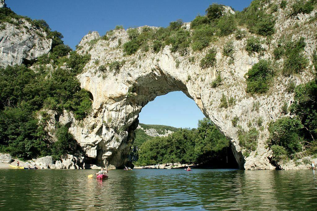 Het pont d'arc, een bijzonder natuurfenomeen die vele vakantiegangers in deze streek komen bewonderen.