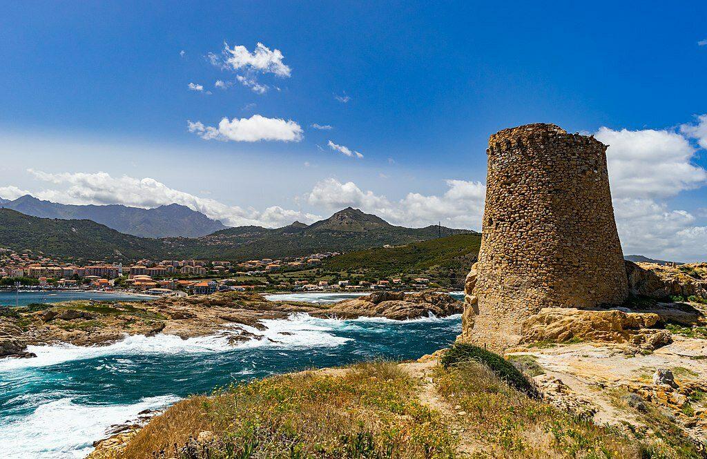 Een foto van een woest stuk kustlijn van het eiland Corsica.