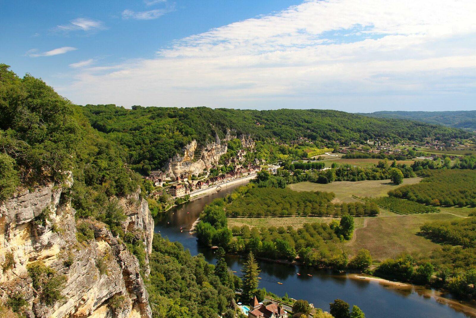 Een foto van een brug over de prachtige meanderende rivier de Dordogne.