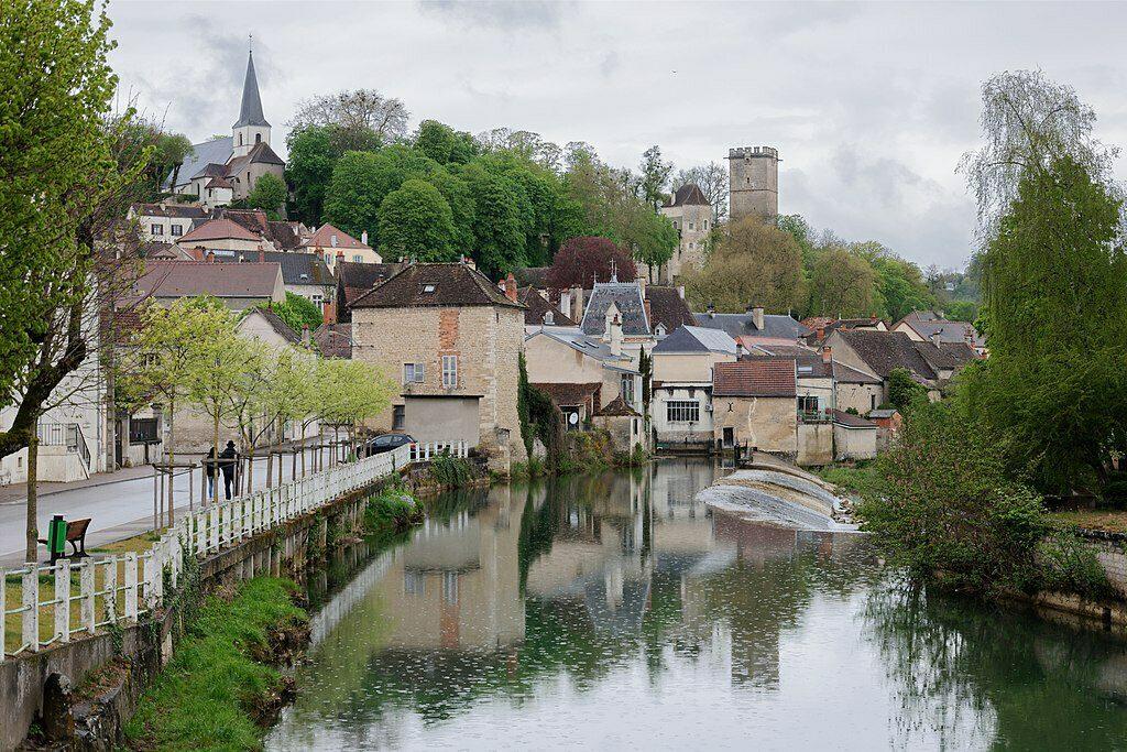 Het stadje Montbard gelegen aan de rivier in de Bourgogne