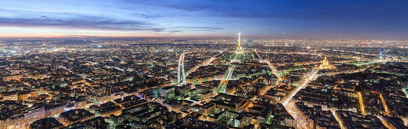 Het prachtige Parijs dat vrolijk vonkeld van lichtjes tijdens schemer.