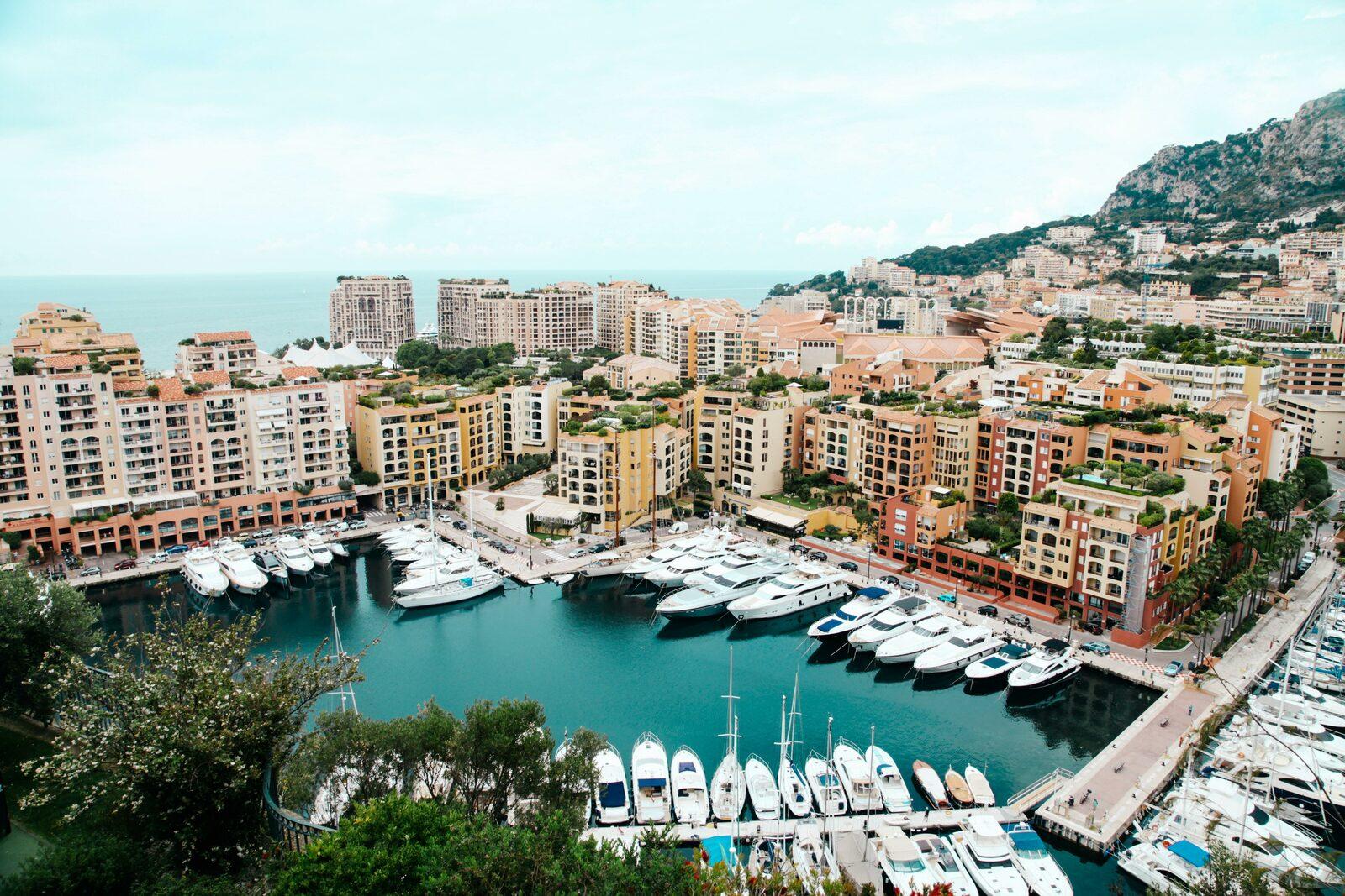 Vue sur le port de Monaco sur la Côte d'Azur