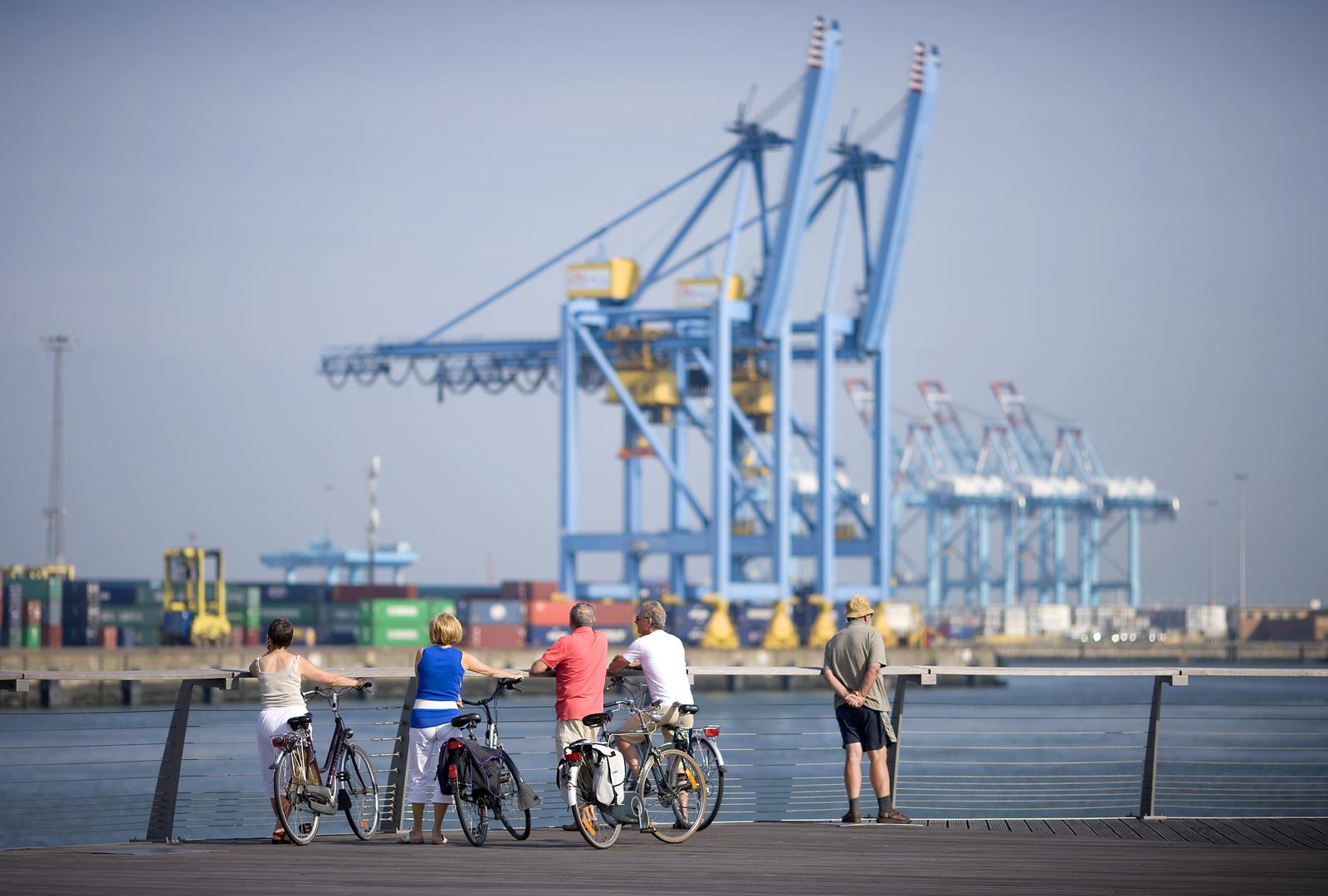 Fietsen en wandelen door de haven van Zeebrugge