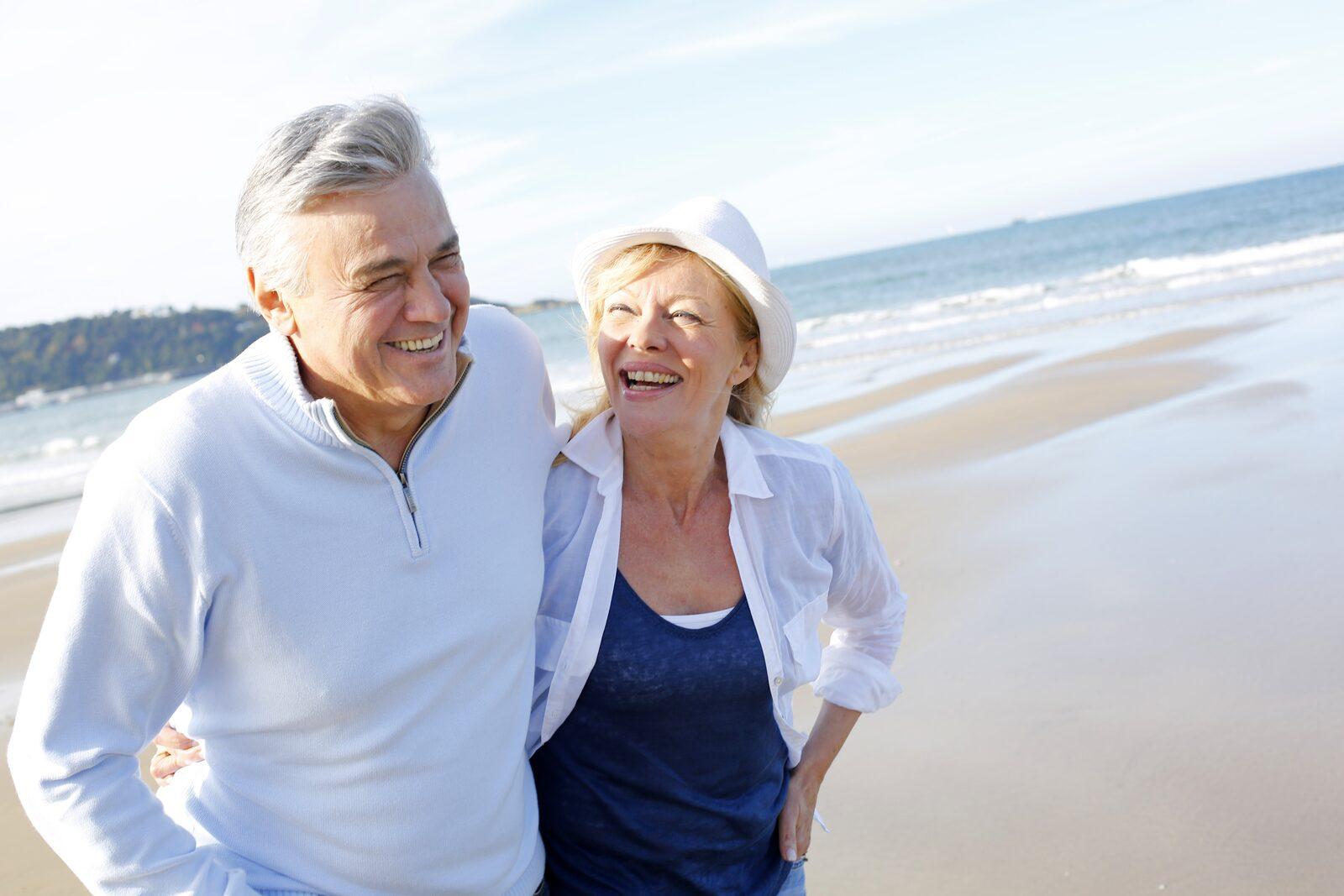 Seniors en vacances en France sur une plage de la Côte d'Opale