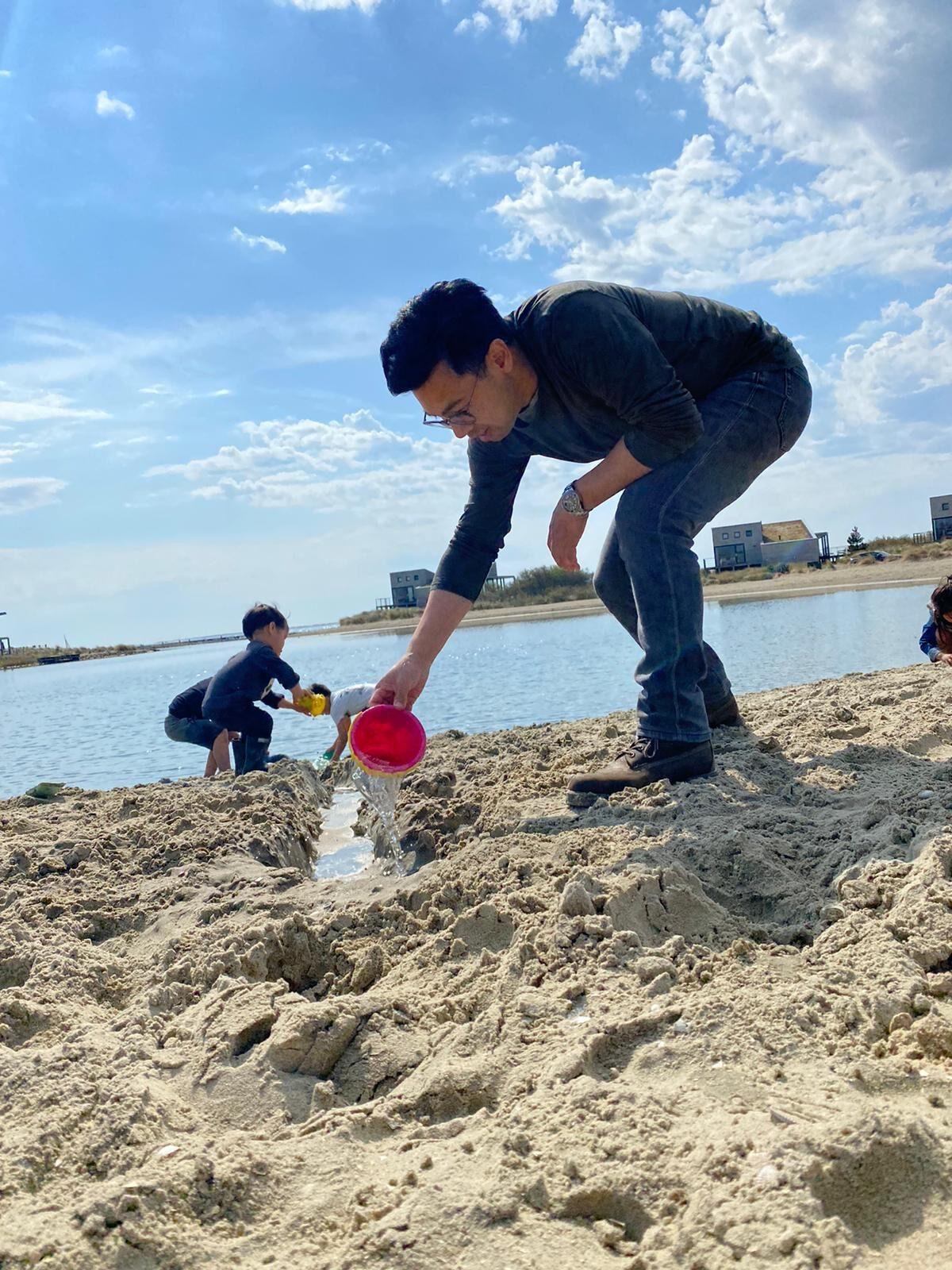 Man spelend met het zand