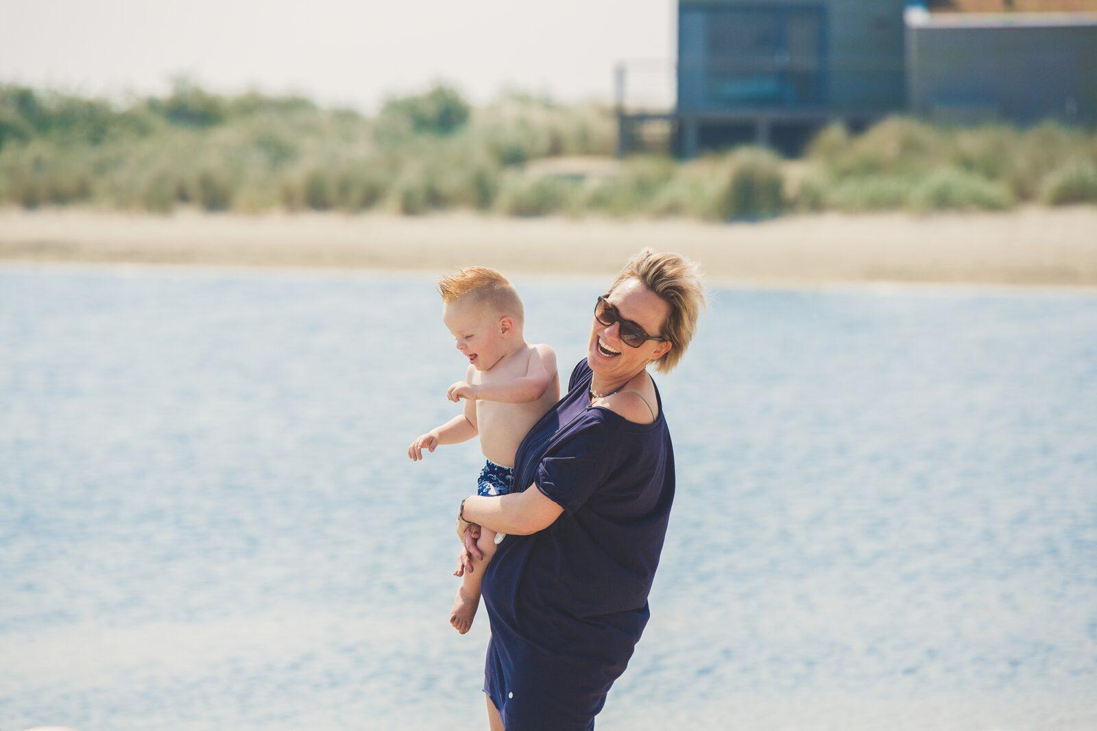 moeder met kind aan grevelingenmeer