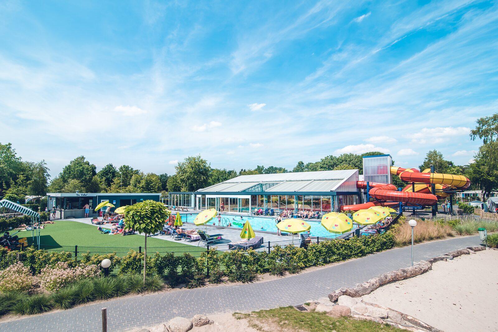 Binnen- en buitenzwembad met glijbanen
