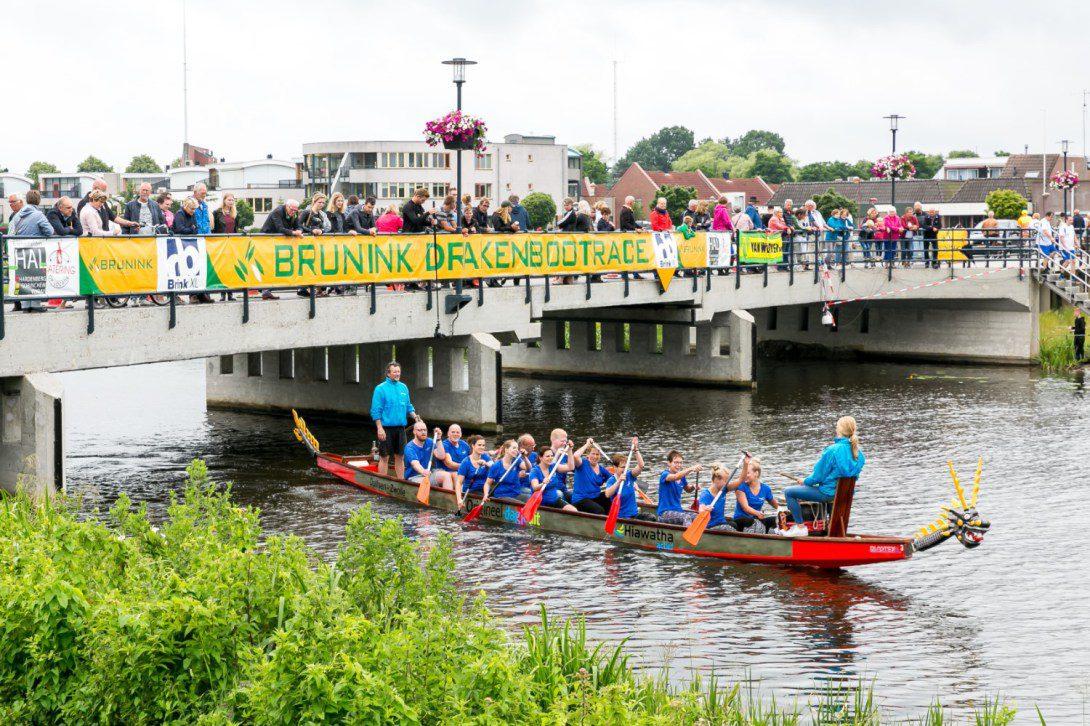 Drakenbootrace tijdens ballonfestival Hardenberg
