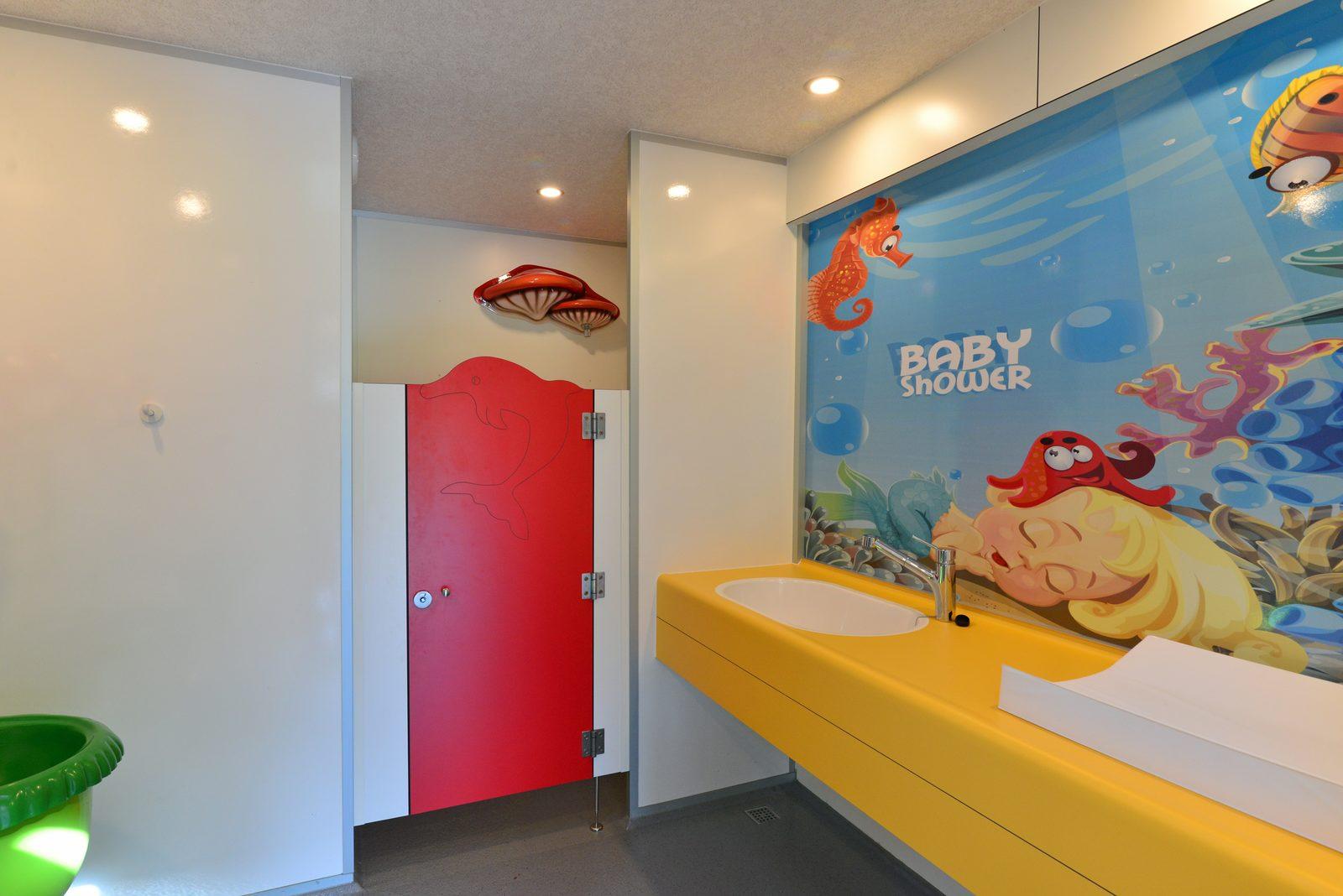 Kindgerechtes Dusch- und Toilettengebäude