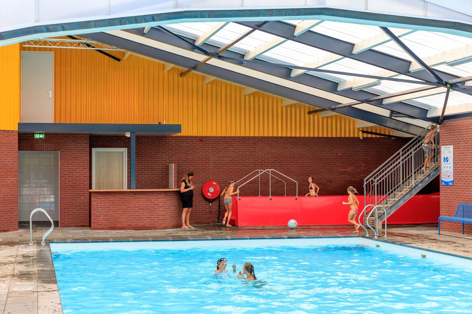 Overdekt zwembad met glijbaan