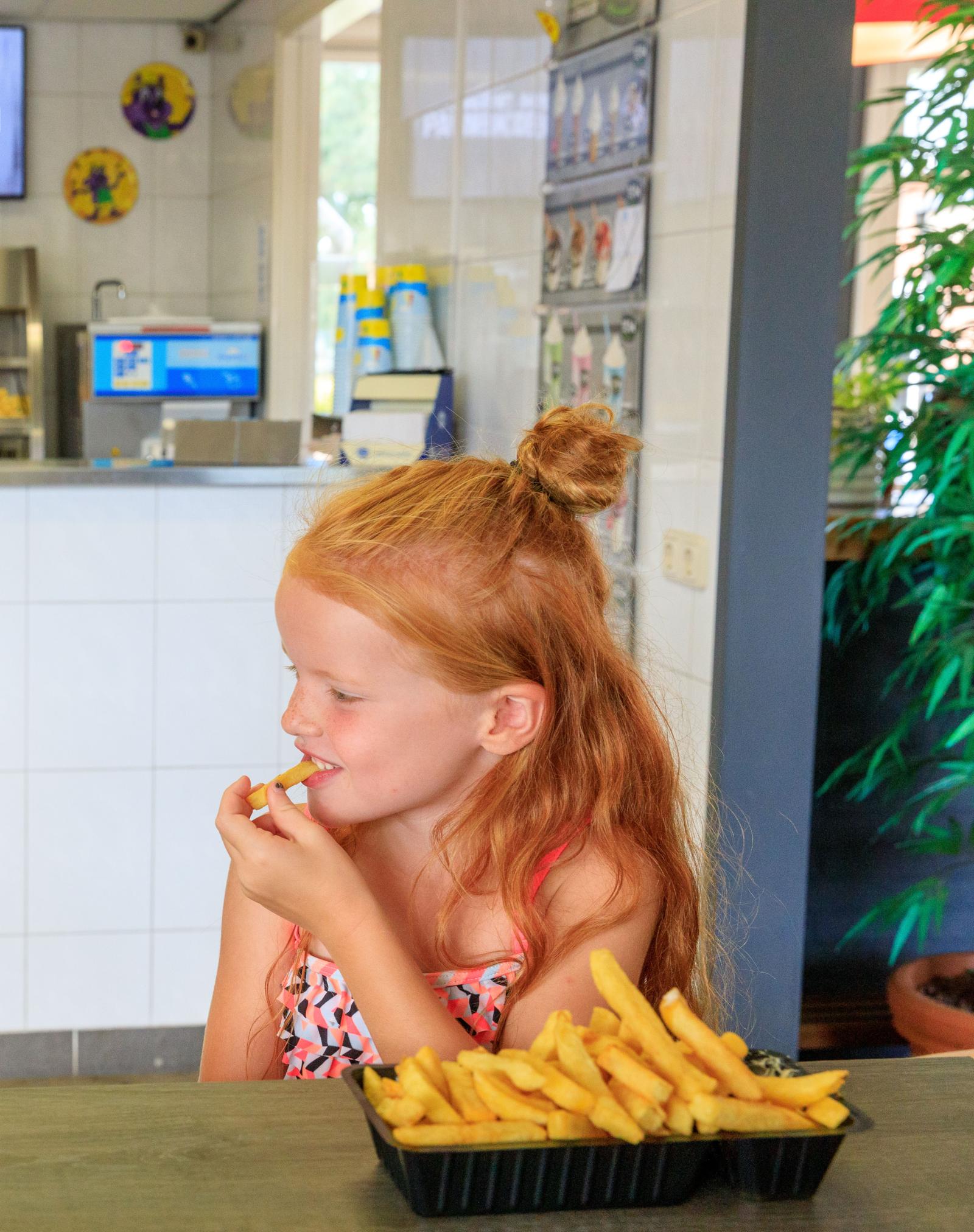 Snackbar Vollehove, Verse patat, verse friet, snackbar, Vollenhove, kind die een patatje eet.