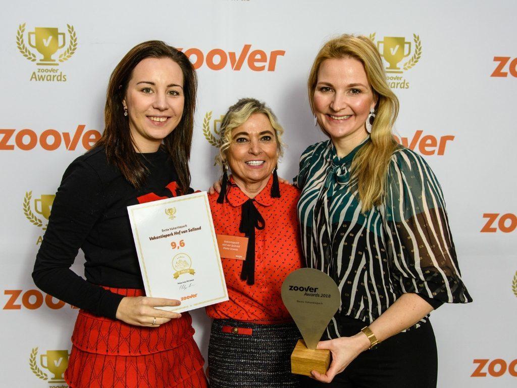 Anouk Voortman, Riekie Smeets en Patricia Smeets namens Hof van Salland bij de Zoover Awards