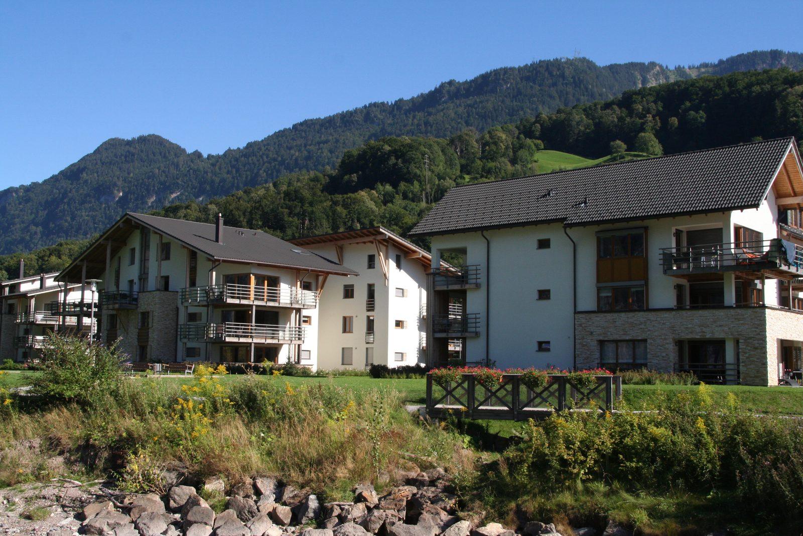 Ferienhäuser von Walensee Apartments direkt am See, in Resort Walensee Heidiland Flumsberg Schweiz in den Herbstferien