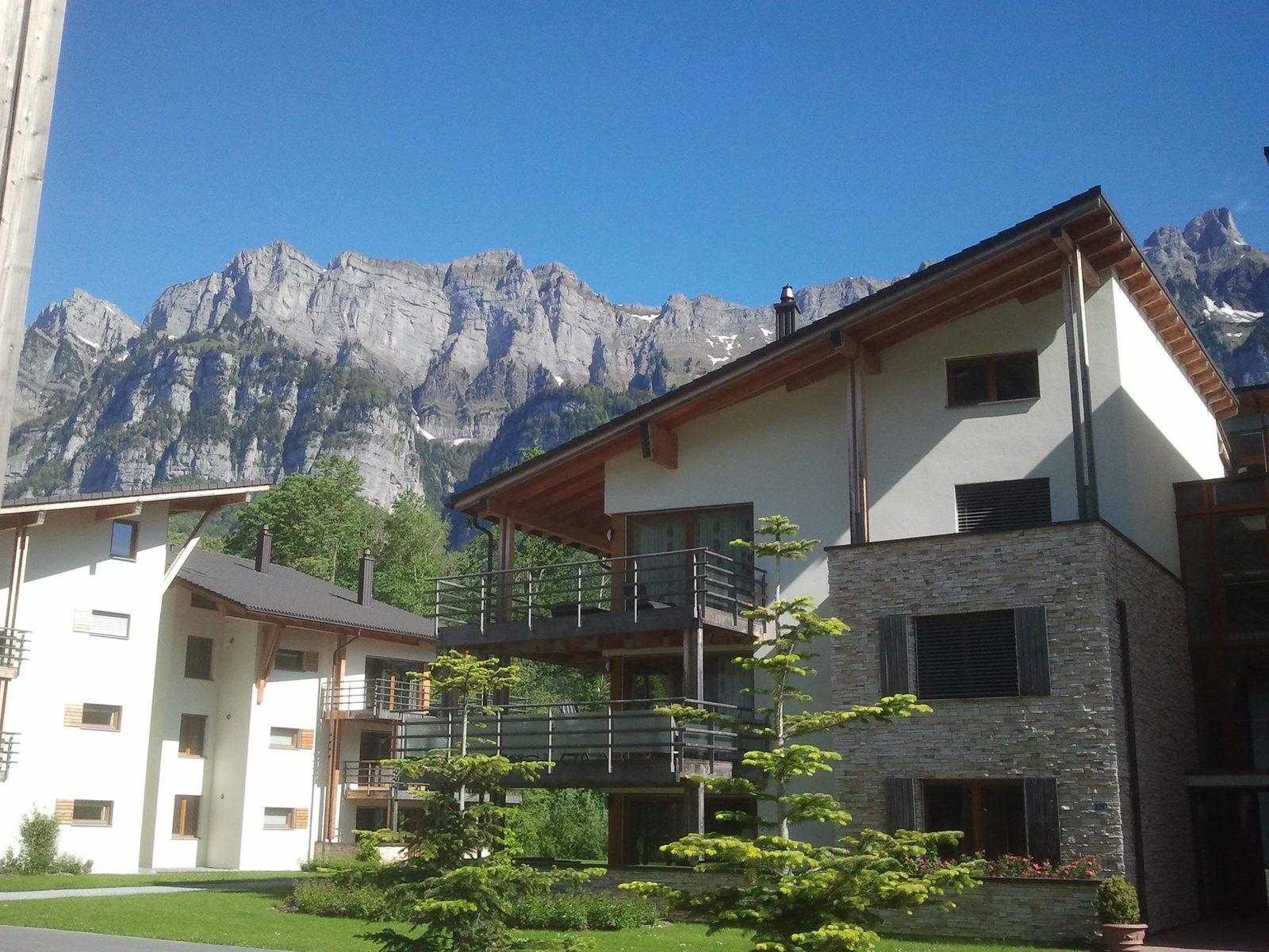 Apartments in Resort Walensee Heidiland Flumsberg Schweiz mit Ausblick über die Churfirsten, während der Maiferien