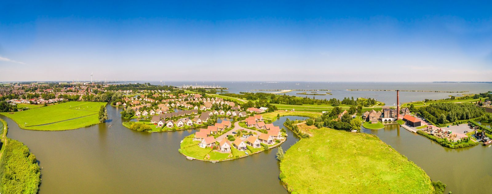 Luxurious bungalows with private jetty near the IJsselmeer