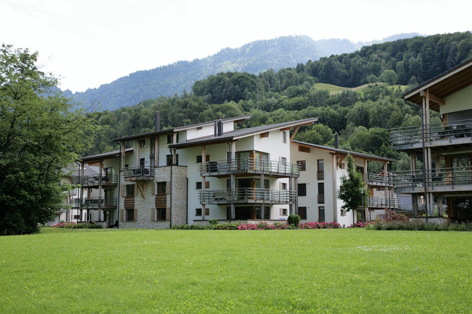 Die Apartments von Walensee Apartments in Resort Walensee Heidiland Flumsberg Schweiz von den Ufern des Walensees während der Frühlingsferien