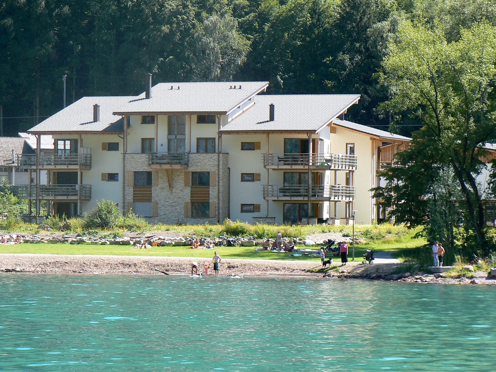 Sonne, Strand und Wassersport während des Sommerurlaubs, unmittelbar von den Ferienhäusern von Walensee Apartments in Resort Walensee Heidiland Flumsberg Schweiz aus
