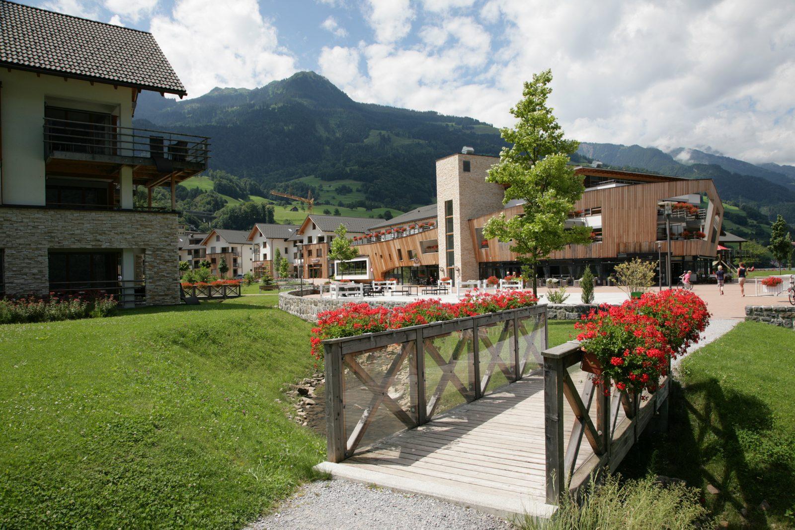 Der Wanderweg entlang des Ufers von Resort Walensee Heidiland Flumsberg Schweiz in den Sommerferien