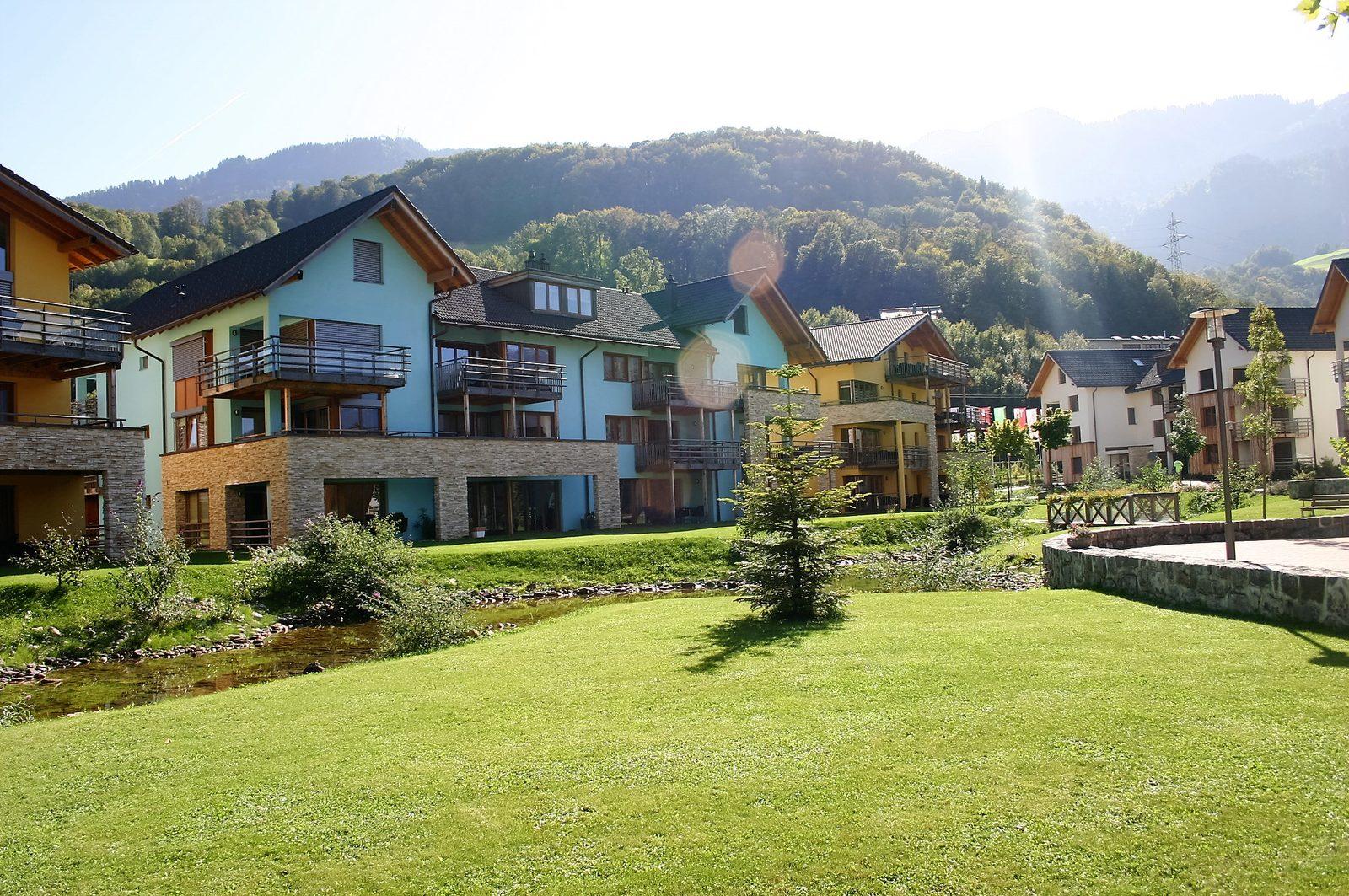 Ferienhäuser entlang des kleinen Bachs von Resort Walensee in Heidiland Flumsberg Schweiz, während der Osterferien