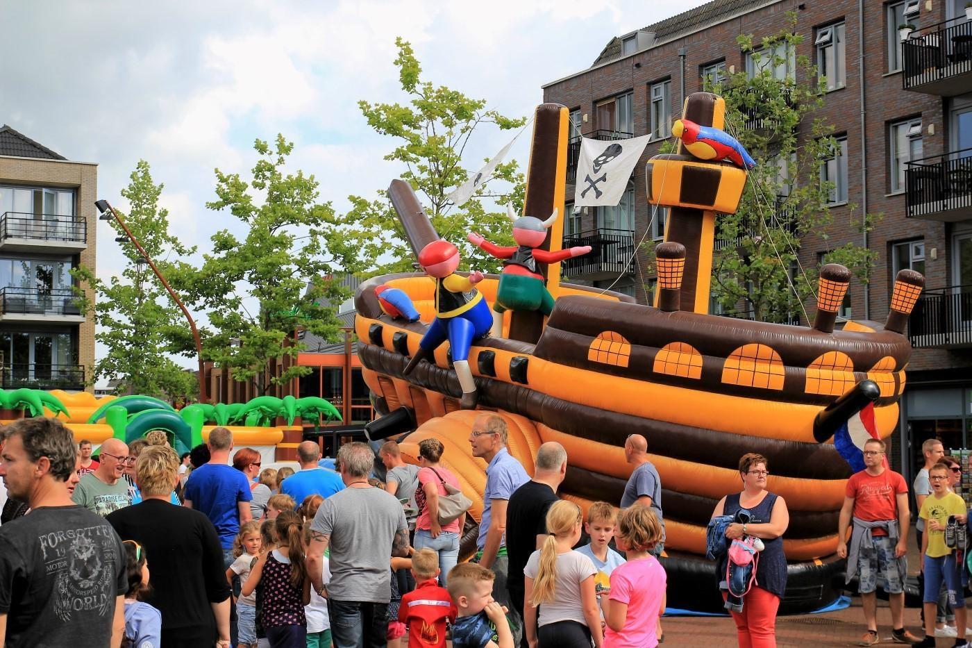 Springkussen festival in het centrum van Hardenberg