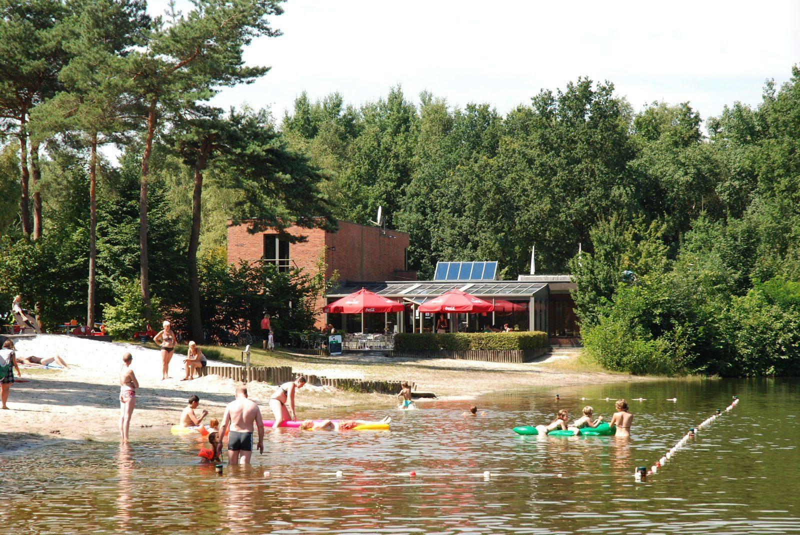 Zwemvijver met ligstrand