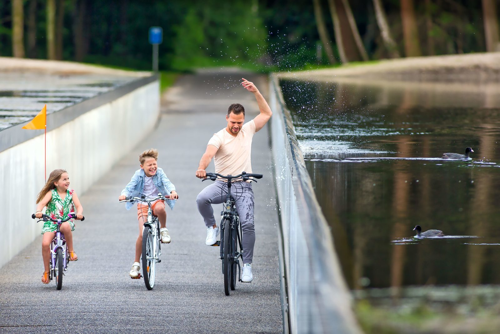 Cycling through the water - Holiday Suites Limburg