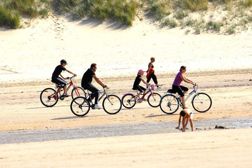 Fietsen op het strand in Zeebrugge Holiday Suites