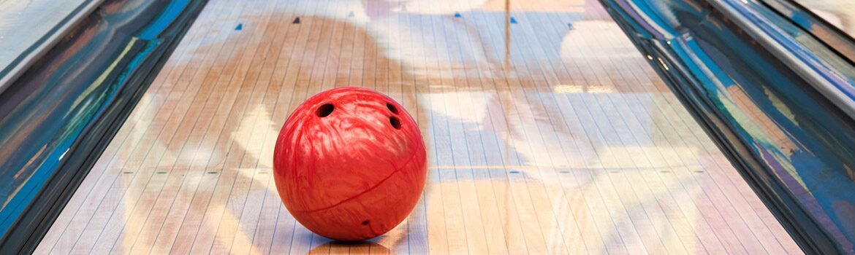 Bowlingbal op bowlingbaan