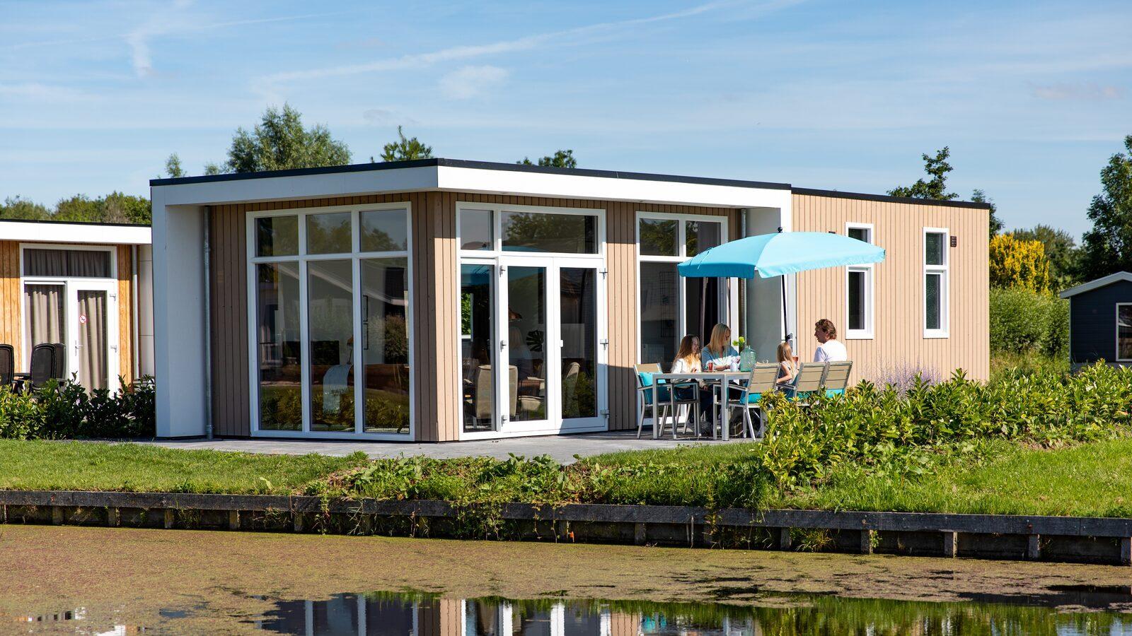 Wanneer u een echte natuur- en waterliefhebber bent maar toch ook de gezelligheid van de grote stad dichtbij wil dan is het kopen van een vakantiewoning op Parc de IJsselhoeve zeer interessant.