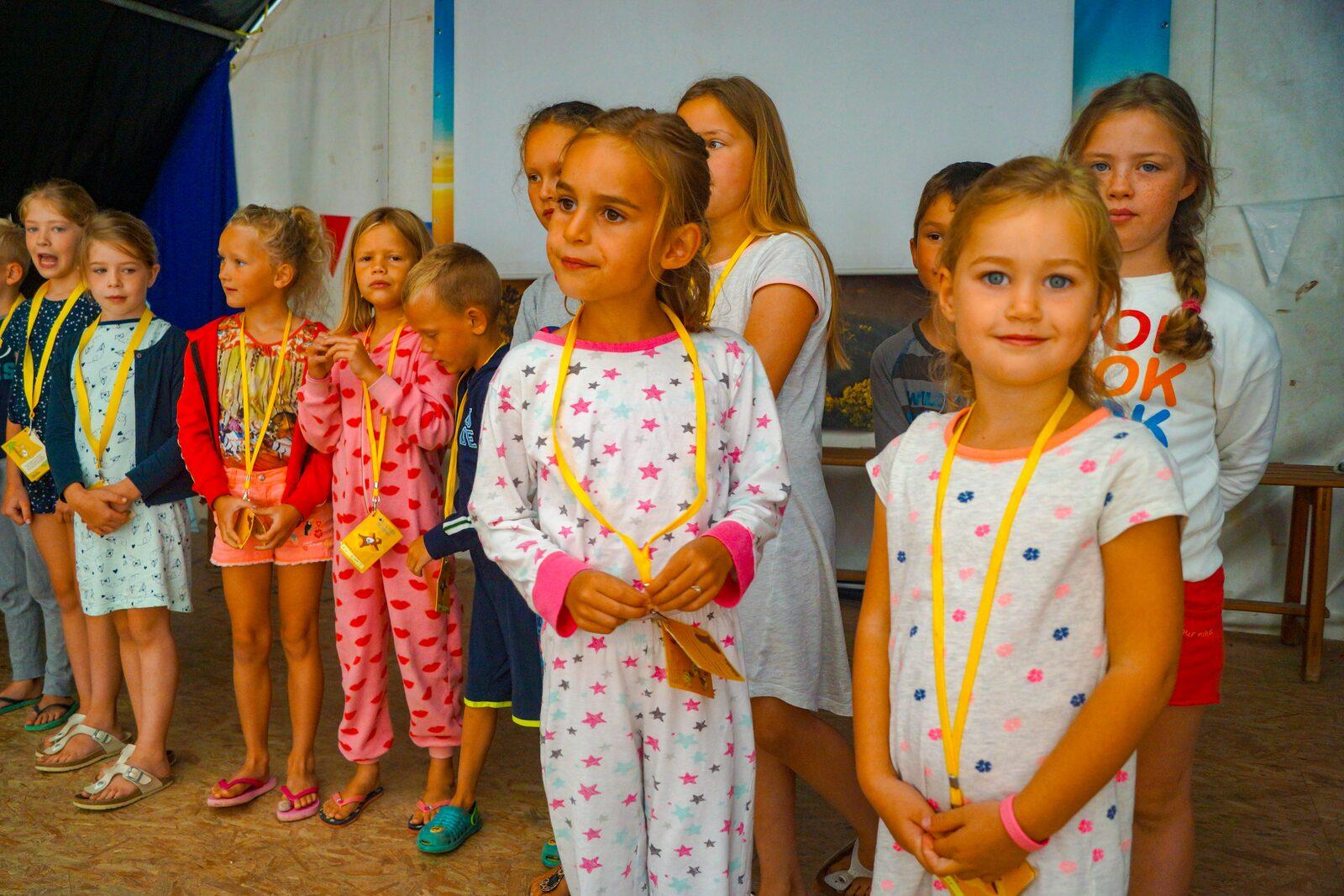Kinderen in pyama met ketting kaartje om de nek