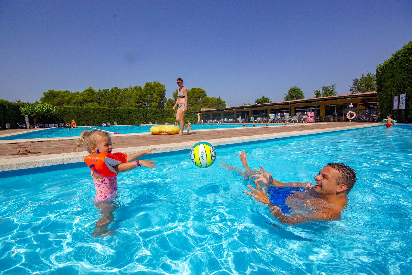 Zwembad Vell Emporda vader met kind