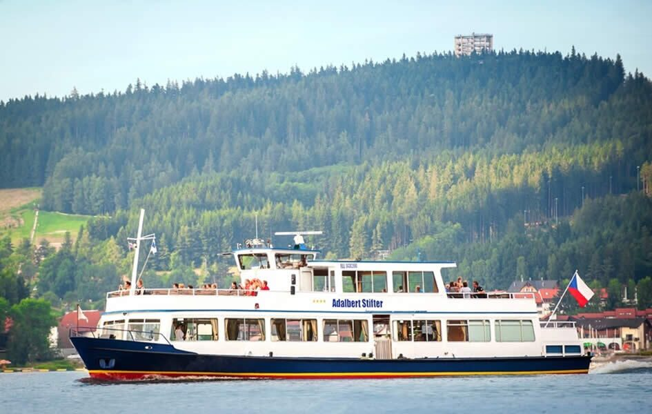 Rondvaart op het Lipnomeer met de Adalbert-Stifter-boot