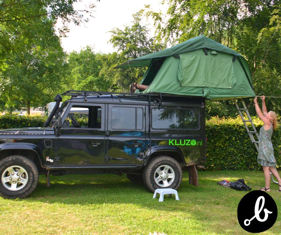 opzetten tent op jeep kamperen
