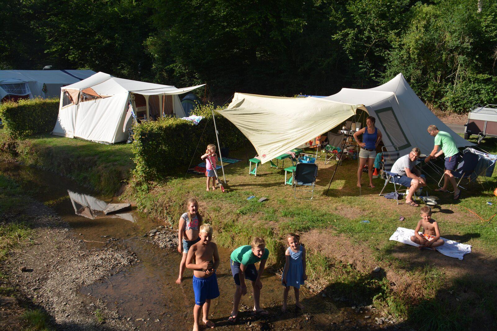 tent tenten kampeerplek gezin familie vakantie