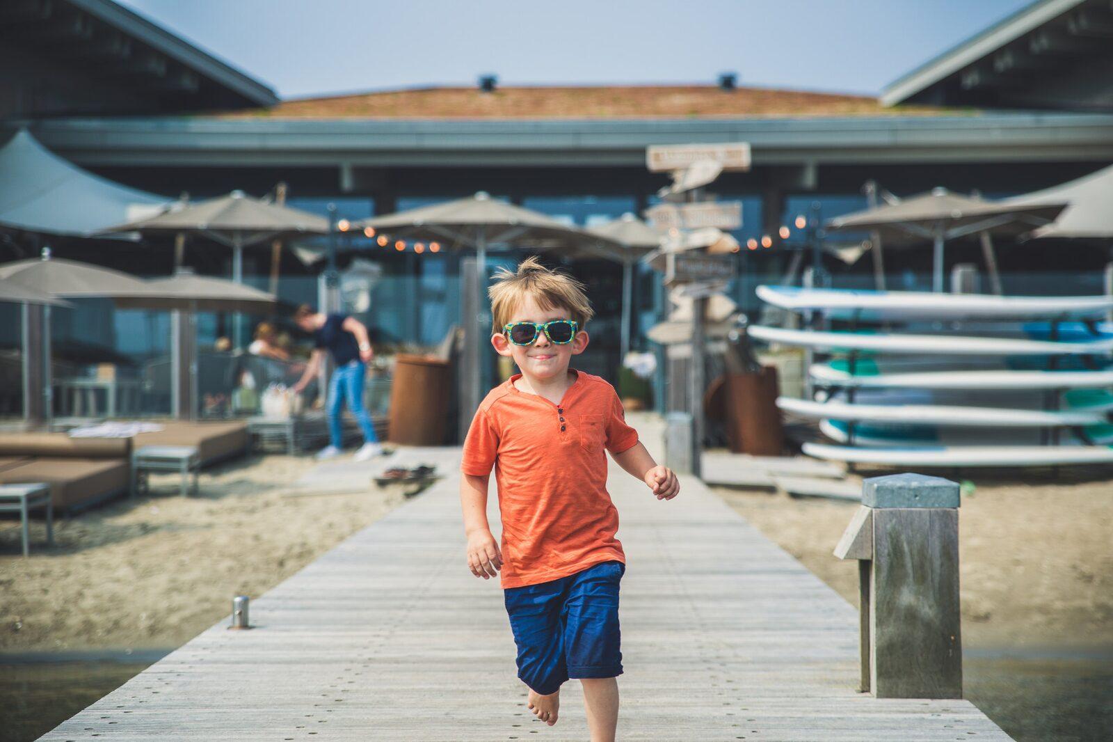 Kind speelt op vakantiepark Oasis Punt-West