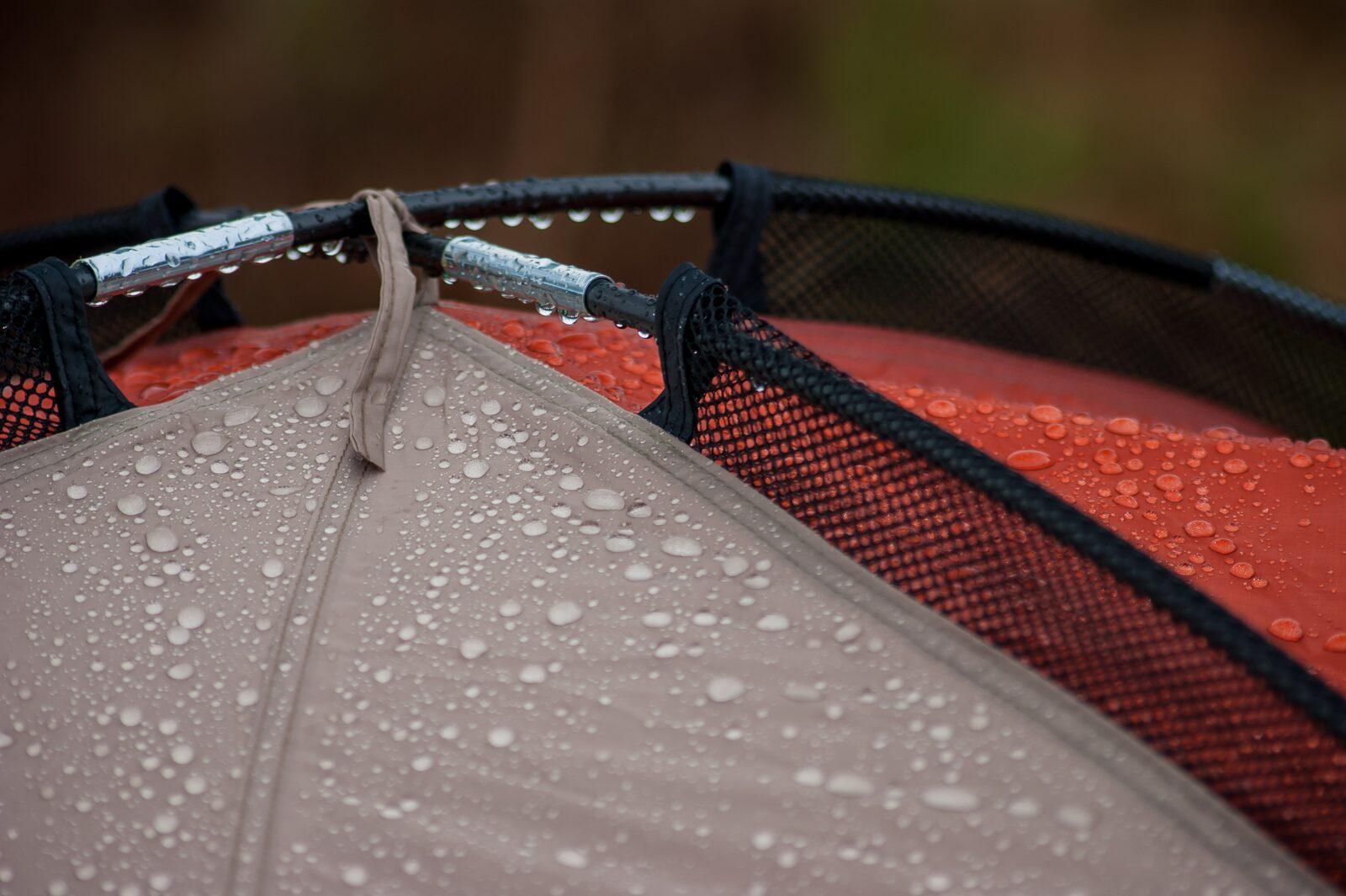 tent waterdruppels nat tentdoek tentstokken