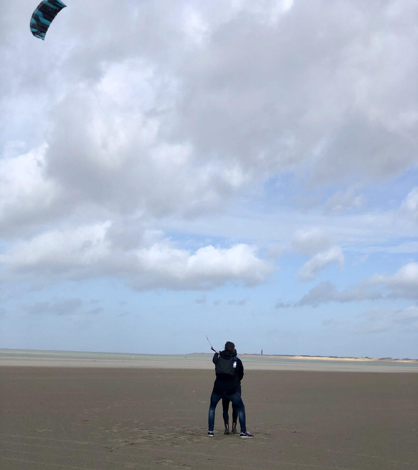 Powerkiten op het strand bij de Brouwersdam