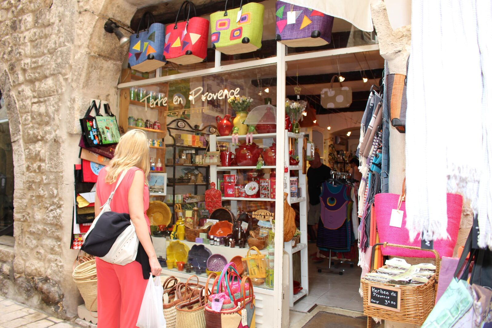 Commercant de souvenirs à Vence sur la Côte d'Azur
