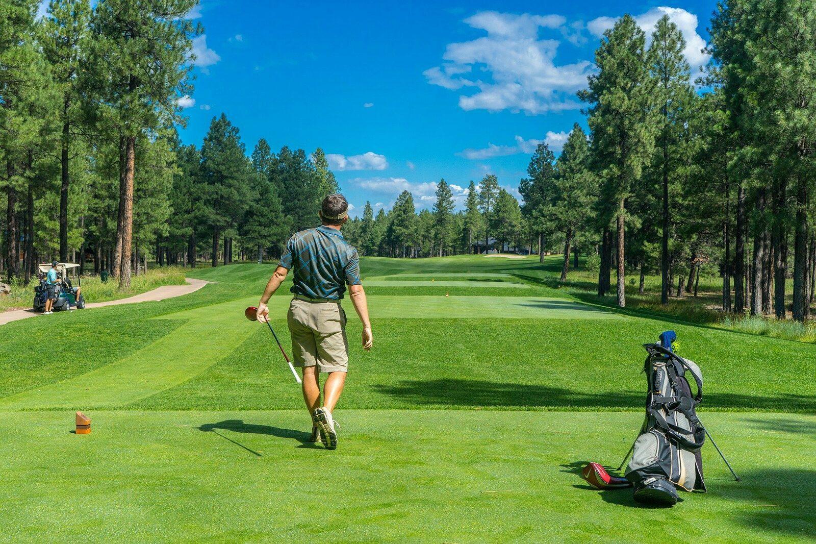Golfer op de golfbaan