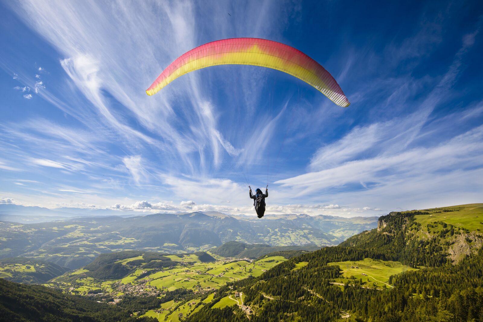 Paraglider vliegt over bergen