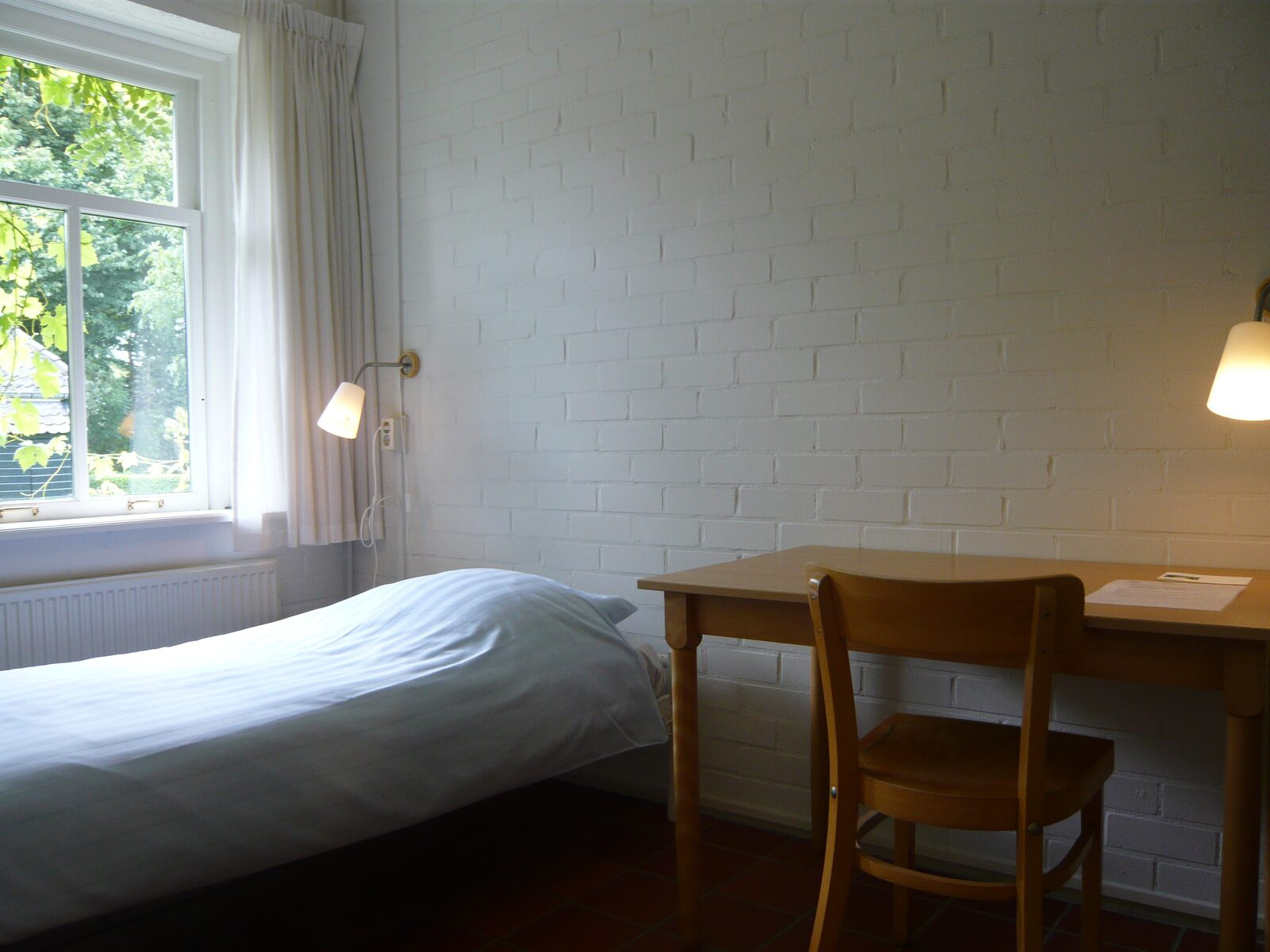 slaapkamer met tafel en stoel