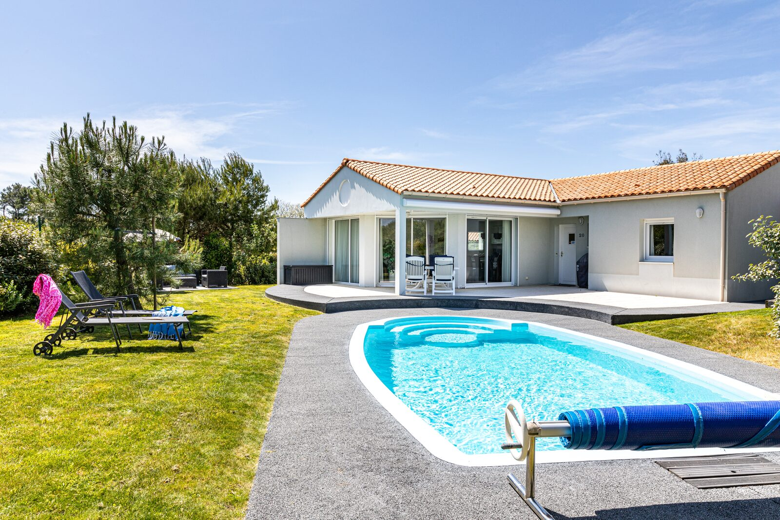 Relaxed summer holiday with private pool in France?
