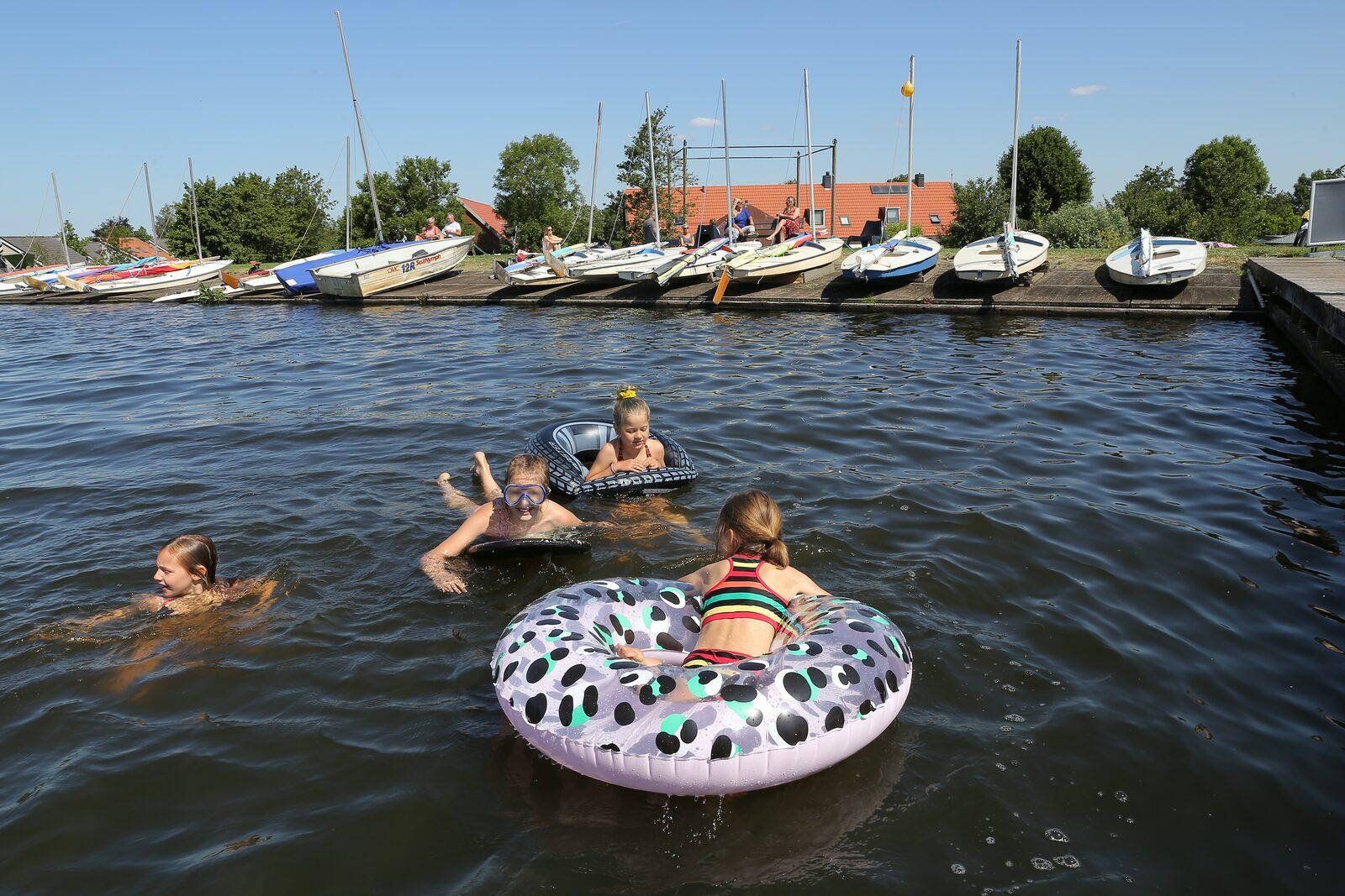 Zwemmen in de Wijde Aa voor parkgasten